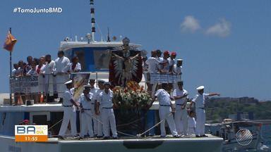 Fiés e religiosos participam da procissão marítima na Baía de Todos de Santos - O dia primeiro do ano é marcado em homenagens a Bom Jesus dos Navegantes.