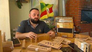 Gaiteiro de Frederico Westphalen desenvolve instrumento ecológico feito com bambu - Fábrica de Tuparendi participou do processo de produção da gaita.