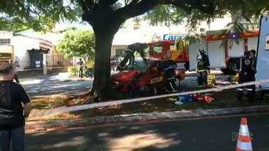 Motorista perde controle e bate em árvore em Maringá - Ele ficou preso nas ferragens.