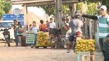Termina prazo para vendedores ambulantes desocuparem as margens da BR-010 no MA - Apesar de terminado o prazo, ainda há vendedores no local e o impasse continua.