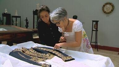 Mulheres aprendem a bordar nos jardins do Museu Mariano Procópio (MG) - Como inspiração, grupo utiliza trabalhos feitos para a Família real Brasileira.