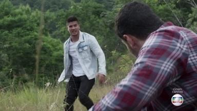 Rafael salva Fábio, que escapa pela mata - Rafael corre para tentar encontrar Fábio e descobrir o cativeiro de Gabriela