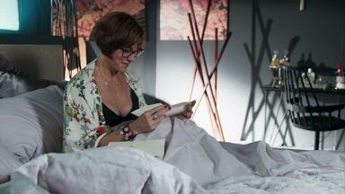 Dom Sabino deixa carta romântica para Carmen - Ele avisa que precisa resolver um assunto e por isso não acordou do lado da amada
