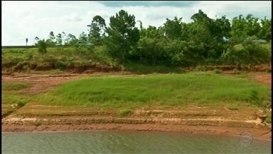 Baixo nível de água afeta represa de Jurumirim - Quem conhece a represa de Jurumirim está acostumado com aquela paisagem bonita, onde o pessoal aproveita pra passar um dia de descanso. Mas de um tempo pra cá não é bem isso que muita gente tem encontrado por lá. O nível da represa está baixo e já traz reflexos na economia pra quem depende da represa pra manter o comércio.