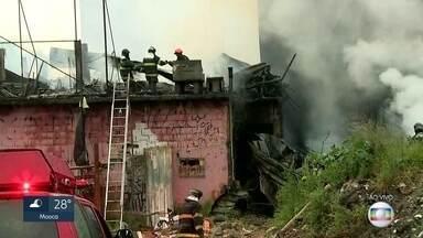 Incêndio atinge 3 casas em Carapicuíba, na região metropolitana - Bombeiros estão trabalhando no rescaldo. Catador de papel que morava na casa está desaparecido.