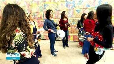 Foliões ainda têm tempo de aprender um instrumento para tocar no carnaval - As pessoas podem aprender em blocos de rua ou escolas especializadas.