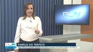 Família suspeita de traficar drogas em Santo Antônio de Pádua, RJ, é presa - Assista a seguir.