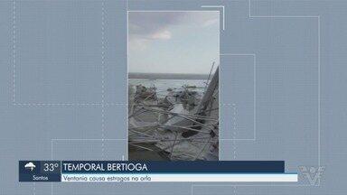 Cadeiras e barracas ficam amontoadas em praia após vendaval em Bertioga - Tempestade era prevista, segundo Centro de Previsão de Tempo e Estudos Climáticos.