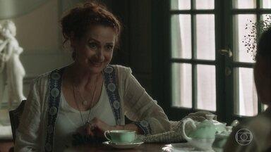 Milu orienta Judith para a cerimônia de posse do novo guardião - Ela critica a forma como Robério cuida do jardim do casarão. Judith acredita que León se livrará da maldição