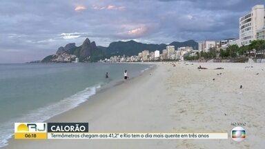 Com 41,2°, Rio tem dia mais quente em três anos - Os termômetros passaram dos 40° nesta quinta-feira (3). As praias ficaram cheias. Foi o dia mais quente do ano no Rio desde outubro de 2015.