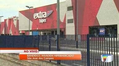 Hipermercado é alvo de criminosos em São José - Grupo conseguiu levar celulares do local.