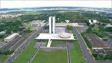 PSL se reúne para acertar apoio à reeleição de Rodrigo Maia - O PSL decidiu apoiar a candidatura de Rodrigo Maia. Nesta quinta (3) houve uma reunião com a bancada do partido, dos 52 deputados, menos da metade compareceu. No Senado, o PSL decidiu por uma candidatura própria.