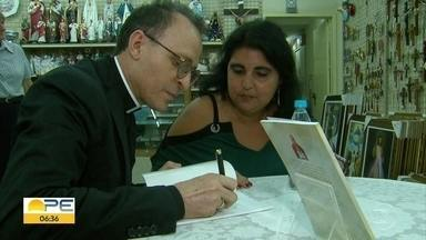 Padre Cosmo lança livro sobre a força da oração - Lançamento reuniu fieis em livraria no Centro do Recife