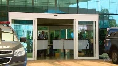 Impasse deixa cargo de prefeito indefinido em Paulínia - Antônio Ferrari, o Loira, assinou o termo nesta sexta-feira, mas polêmica continua sobre quem é o prefeito.