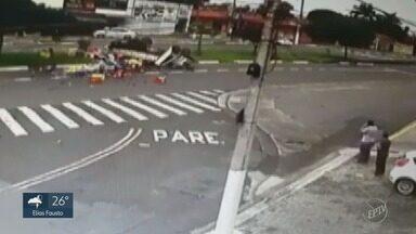 Caminhão tomba e deixa dois feridos em Hortolândia - Motorista foi encaminhado para o Hospital Estadual de Sumaré e permanece em estado grave. O ajudante está em observação no Hospital Mario Covas, em Hortolândia (SP).