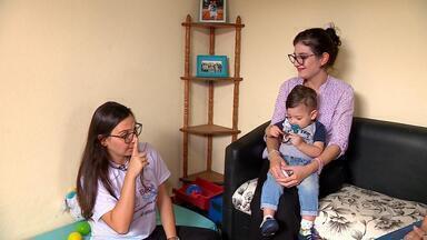Mãe surda conta com ajuda de intérprete para criar laços com o filho em Gravataí - Visitadora de programa de saúde pública ajuda jovem a se comunicar com o filho apesar da dificuldade.