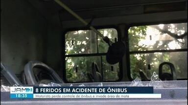 Ônibus cai em área de mata e deixa oito feridos na Zona Norte de Manaus - Segundo moradores, local é conhecido por reincidência de acidentes de trânsito.