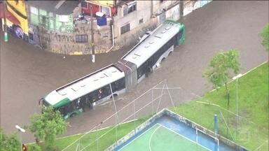 Chuva forte provoca transtornos em São Paulo - Passageiros de um ônibus ficaram presos no veículo e foram resgatados pelos bombeiros.