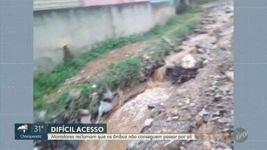 Com ruas esburacadas, ônibus não conseguem passar no Jd. Itaguaçu em Campinas - A chuva forte do final de semana piorou a situação. Moradores informam que desde sábado (5) os ônibus não conseguem passar pelo local.