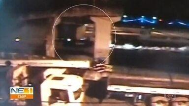 Motorista morre após caminhão colidir com coluna de passarela na BR-101 - Cabine do caminhão ficou completamente destruída; câmera flagrou o acidente.