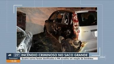 Incêndio atinge 4 carros e PM suspeita de ação criminosa em Florianópolis - Incêndio atinge 4 carros e PM suspeita de ação criminosa em Florianópolis