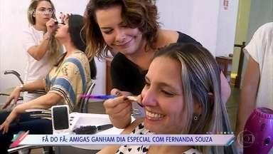 Fãs de Fernanda Souza ganham dia de salão com a atriz e apresentadora - Amigas são fãs de Fernanda de longa data e mostram lembranças que guardam da atriz
