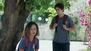 Alex sofre com o afastamento de Maria Alice - Jaqueline vê o adolescente e vai conversar com ele