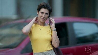 Solange percebe que ficou com o celular de Rafael - Eles marcam um encontro para destrocar os aparelhos. Solange acredita que Rafael esteja interessado nela
