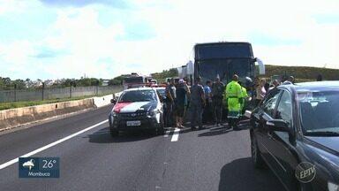 Acidente entre caminhão e ônibus complica trânsito no Anel Viário, em Valinhos - Batida entre veículos provocou congestionamento de 2 km.
