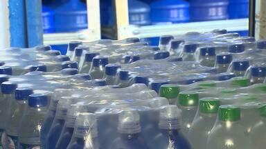 Água é a melhor opção para refrescar do calor e manter a hidratação - Compra de galões e garrafas de água aumentaram em distribuidoras de São José.