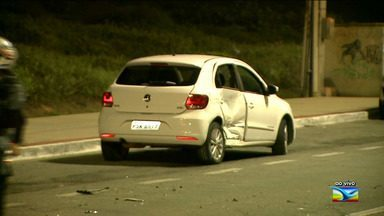 Acidente atrapalha o trânsito na Avenida Litorânea, em São Luís - Ao vivo, o repórter Werton Araújo falou como estava a movimentação do trânsito no local durante a noite.