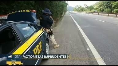 PRF flagra mais de 200 carros acima do limite de velocidade - O registro feito feito na BR-040, perto de Petrópolis. Os agentes chegaram a flagrar carros a quase 190 km/h.