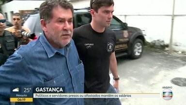 Políticos e servidores presos ou afastados mantêm os salários - O estado do Rio de Janeiro gastou mais de R$ 3 milhões, no ano passado, com investigados na Lava-Jato, que estão presos ou afastados. Eles são deputados, conselheiros do TCE e um ex-governador.