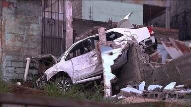 Polícia de São Paulo investiga morte de taxista - Ele atropelou um homem, bateu o carro e morreu. Dois homens que estavam com ele fugiram. Para a polícia, ele pode ter sido vítima de assalto.