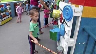 Parque sonoro é atração para crianças em Campo Grande - Local ocupado por escola tem instalações sonoras feitas de sucata.