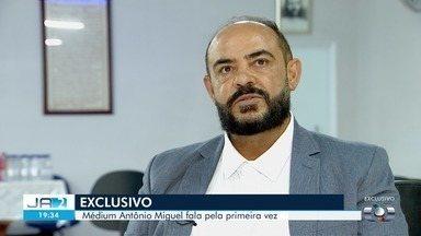 Médium investigado por homicídios em Goiás e na Bahia diz não ter culpa das mortes - Em entrevista exclusiva à TV Anhanguera, ele afirmou que usa apenas agulhas nas cirurgias espirituais e que elas não são capazes de 'levar à morte de uma pessoa'.