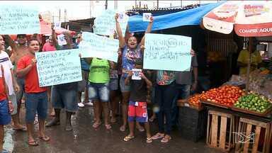Feirantes protestam por reforma de mercado no Maiobão - Eles querem a conclusão da obra, que está atrasada há vários anos.