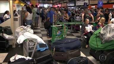 Aeroporto de Congonhas fecha por causa do mau tempo e passageiros dormem no terminal - Por causa do mau tempo, 23 voos foram cancelados e passageiros chegaram a dormir no terminal. O aeroporto reabriu na manhã desta sexta-feira (11).