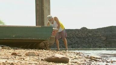 Pescadores proibidos de pescar na piracema estão sem receber o seguro defeso em Buritama - Na época da piracema, os pescadores ficam proibidos de pescar. Para ajuda-los, o governo paga um auxilio de um salário mínimo. No entanto, em Buritama (SP), eles estão sem receber.