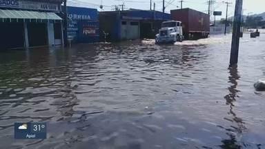 Chuva causa alagamento em São Vicente - Morador reclama de situação ser frequente e afirma que o alagamento não baixa mesmo horas depois da chuva ter parado.