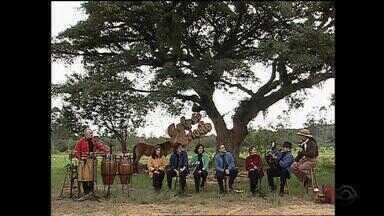 Após pausa, grupo Canto Livre se apresenta no 'Galpão Crioulo' em 2002 - Assista ao vídeo.