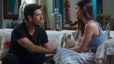 Cris conta para Alain sobre o baque que Margot sofreu - Sérgio interrompe o papo deles pra falar de sua descoberta sobre Gustavo Bruno