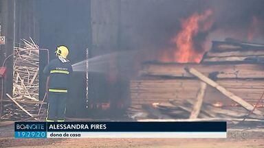 Incêndio destrói madeireira em Ponta Grossa - A situação foi no núcleo Santa Tereza. Ninguém ficou ferido.