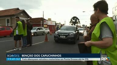 Freis abençoam veículos e motoristas em Ponta Grossa - A tradicional benção dos carros é na igrejinha de Uvaranas.