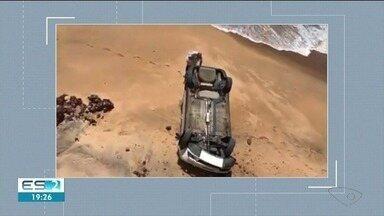 Motorista estaciona para tirar foto e carro cai em praia, no ES - O caso aconteceu na tarde desta sexta-feira (11), em Anchieta. O motorista estava fora do veículo e não se feriu.