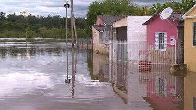 Enchentes deixam mais de 2mil pessoas fora de casa na Região da Campanha e Fronteira Oeste - Em São Gabriel, vizinhos organizam mutirão para ajudar os atingidos.