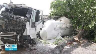 Caminhão tomba na BR-101, no Recife - Acidente ocorreu num local próximo a onde outro caso ocorreu dias antes.