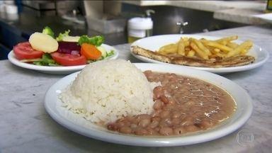 Brasileiros estão exagerando no tamanho dos pratos de comida - Mesmo alimentos considerados saudáveis, em excesso,podem engordar mais do que o fast food.
