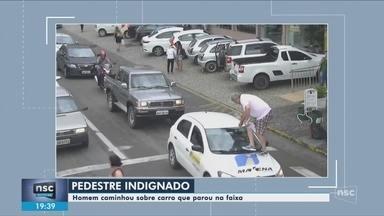 Vereador passa por cima de capô de carro parado na faixa de pedestre - Vereador passa por cima de capô de carro parado na faixa de pedestre