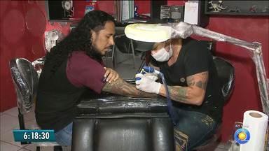 Quem tem tatuagem deve redobrar os cuidados com o sol durante o verão - Sol pode provocar manchas e prejudicar a pele com tatuagem.